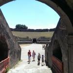 Foto vanuit de uitgang van het amfitheater naar binnen